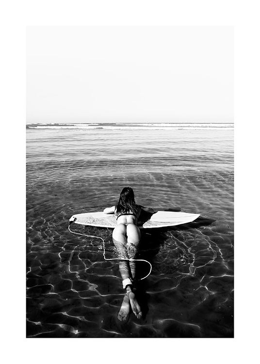 Floating on Surfboard Poster / Blanco y negro con Desenio AB (12651)