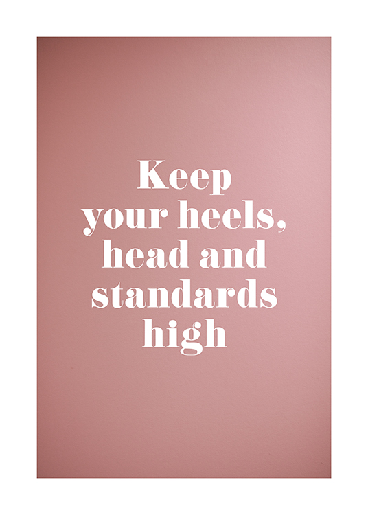– Cita con fondo rosa que dice: «Keep your heels, head and standards high»