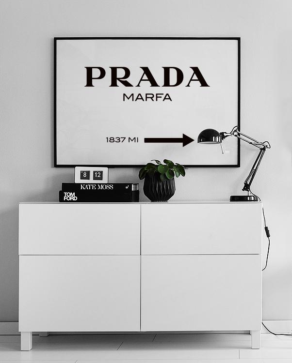 Póster en blanco y negro con el logo de Prada Marfa de Desenio