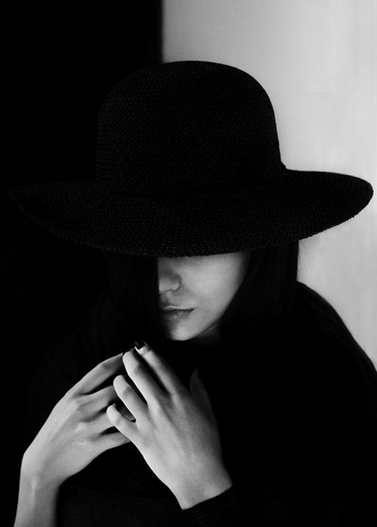 Girl With Hat Poster / Blanco y negro con Desenio AB (8701)